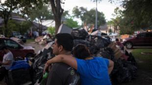 一对美国夫妇在他们在休斯顿受飓风摧毁的房子前