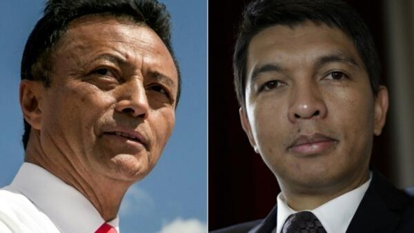 Andry Rajoelina (dir.) e Marc Ravalomanana (esq.)