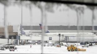 Imagens do aeroporto internacional de Boston, onde vários voos foram cancelados por causa da nevasca.