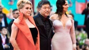 Catherine Deneuve, Hirokazu Kore-eda et Juliette Binoche le 28 août lors du 76e festival du film de Venise.
