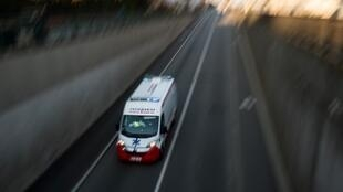 Une ambulance fonce sur une route de l'agglomération de Nantes, le 26 mars 2020.