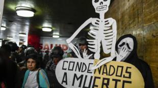 «Condamné à mort» peut-on lire sur cette pancarte: manifestation contre le manque de médicaments et matériel dans les hôpitaux publics devant le ministère de la Santé à Caracas en avril 2018.