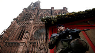 Um soldado, fazendo uma ronda, a 12 de Dezembro, diante duma das lojas do Mercado de Natal de Estrasburgo