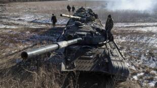Tanques separatistas se dirigem de Vuhlehirsk para Debaltseve, no leste da Ucrânia, 18/02/2015