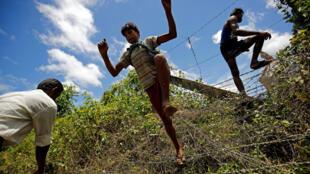 Người Rohingya vượt rào biên giới tìm đường chạy nạn sang Bangladesh ngày 27/08/2017.