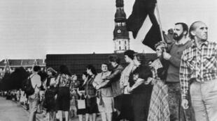 Résidents baltes se tenant côte à côte pour former une chaîne humaine reliant les villes de Tallinn, Riga et Vilnius (environ 620 km) à l'occasion du cinquantième anniversaire du pacte germano-soviétique ayant conduit à l'annexion des pays baltes.