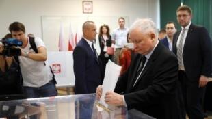 Jaroslaw Kaczynski, lãnh đạo đảng cầm quyền PiS, bỏ phiếu tại Vacxava, Ba Lan, ngày 13/10/2019.