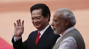 Le Premier ministre vietnamien Nguyen Tan Dung (G.) et son homologue indien Narendra Modi (D.), à New Delhi, le 28 octobre 2014.
