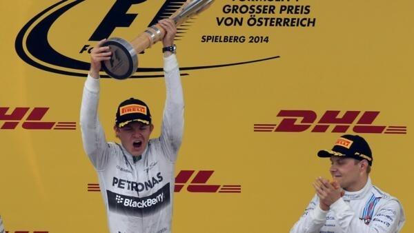 O alemão Nico Rosberg (Mercedes) comemora vitória no GP da Aústria de F1 sob o olhar do finlandês Valtteri Bottas (Williams), terceiro colocado na prova.