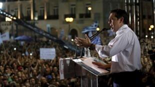 Le Premier ministre a rejoint le rassemblement des partisans du «non» ce vendredi en début de soirée, fendant la foule de plus de 25 000 personnes amassée place Syntagma, devant le Parlement à Athènes.