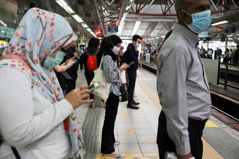 存檔圖片:馬來西亞首都吉隆坡地鐵一景 攝於2020年2月10日 Image d'archive: Des passagers dans le métro de la capitale malaisienne de Kuala Lumpur, le 10 février 2020.