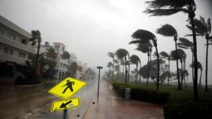 Bão Irma bắt đầu tác động đến bờ biển Miami, Florida ngày 10/09/2017.