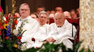 Hồng y Theodore E. McCarrick (ngoài cùng bên phải) trong một buổi lễ tại Washington ngày 26/01/2017.