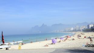 Com a desvalorização do real, um grande número de turistas argentinos é esperado nas praias brasileiras no verão.