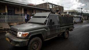 Patrouille de l'armée camerounaise au marché de Buea, la capitale de la province anglophone du sud-ouest du Cameroun.