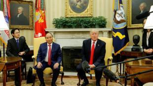 Tổng thống Mỹ Donald Trump đón tiếp thủ tướng Việt Nam Nguyễn Xuân Phúc tại Nhà Trắng, Washington, ngày 31/05/2017.