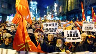 Des manifestants dans les rues de Skopje pour protester contre un accord qui garantirait l'usage officiel plus large de la langue albanaise, en Macédoine, le 9 mars 2018.