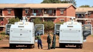 Une patrouille policière pendant la période de confinement de 21 jours à l'échelle nationale mise en place pour freiner la propagation du Covid-19, à Harare, au Zimbabwe, le 3 avril 2020.