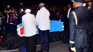 Félix Tshisekedi et son épouse Denise Nyakeru devant le cercueil contenant le corps d'Étienne Tshisekedi, à Kinshasa, le 30 mai 2019.