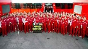 Equipe técnica da Ferrari envia mensagem de apoio a Michael Schumacher.