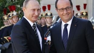 French President Francois Hollande welcomes Russia's President Vladimir Putin at the Elysee Palace in Paris, 2 October 2015