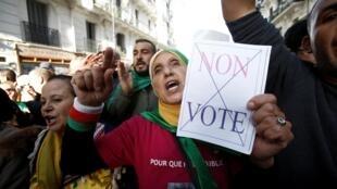Alger, le 7 décembre 2019. Depuis neuf mois, les Algériens manifestent contre le régime transitoire post-Bouteflika et s'opposent à l'élection présidentielle organisée par ce dernier.