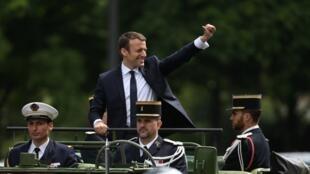 Emmanuel Macron escolheu um veículo militar para fazer o trajeto pela Avenida Champs-Elysées.