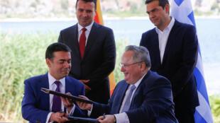 Главы МИДа Греции и Македонии Никос Котзиас и Никола Димитров, премьер-министры Алексис Ципрас и Зоран Заев во время подписания договора на озере Преспес.