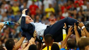 Huấn luyện viên Didier Deschamps được các cầu thủ tung lên, sau khi trận chung kết kết thúc, ngày 15/07/2018.