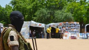 """Нигерийский солдат охраняет лагерь беженцев из районов, захваченных группировкой """"Боко харам"""". Архив. Август 2016 г."""