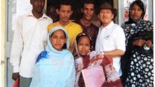 Pierre Camatte avec des élèves de l'école des infirmiers de Gao, quelques semaines avant son enlèvement.