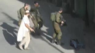 Foto mostra israelense com revólver na mão depois de matar palestino em Hebron neste sábado, 17 de outubro de 2015.