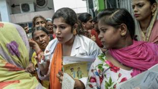 Dans un hôpital de la ville de Sonipat, au nord de New Delhi, une travailleuse de l'association de l'Union contre la Tuberculose informe et aide les patients.