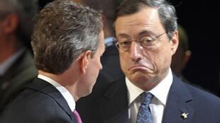 O secretário do Tesouro americano, Timothy Geithner, conversa com o presidente do Banco Central Europeu, Mario Draghi (à direita), momentos antes de uma reunião de ministros das Finanças do grupo na manhã desta sexta-feira.