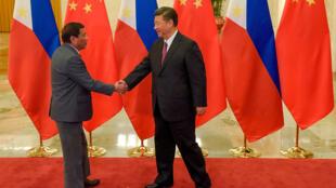 """Chủ tịch Trung Quốc Tập Cận Bình (P) tiếp đồng nhiệm Philippines Rodrigo Duterte nhân diễn đàn """"Một vành đai, một con đường"""", Bắc Kinh ngày 15/05/2017."""