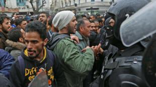 Des manifestants tunisiens face à face avec les forces de l'ordre à Tunis, le 12 janvier 2018.