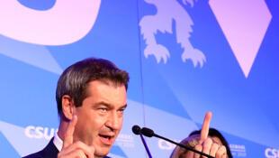 O primeiro-ministro da Baviera, Markus Soeder, discursa após a eleição regional em que seu partido, a CSU, perdeu a maioria do Legislativo