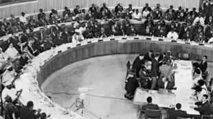 Vue, le 25 mai 1963 à Addis-Abeba, de la salle où se déroulent les travaux de la conférence des chefs d'Etat africains.