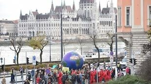 Des manifestants participent à une manifestation du mouvement «Fridays for Future» pour la protection du climat à Budapest, en Hongrie, le 29 novembre 2019.