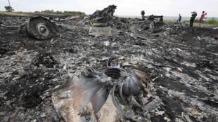Restos calcinados do Booeing 777 da Malaysia Airlines, derrubado perto de Grabovo, na região de Donetsk, nesta quinta-feira (17).