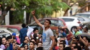 Apesar das manifestações contra o regime de Sissi, governo endurece ofensiva contra a liberdade de expressão no país.