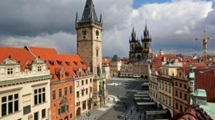 Des rues presque vides sur la place de la vieille ville pendant le confinement, à Prague, en République tchèque, le 31 mars 2020. Le gouvernement envisage d'assouplir les mesures de confinement dans les jours qui viennent.