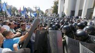 Confrontos entre manifestantes e a polícia em frente ao parlamento de Kiev, a capital ucraniana.