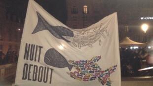 """Cartaz do movimento """"Nuit Debout"""" que ocupa a praça da República em Paris"""
