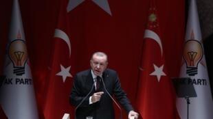 """رجب طیب اردوغان، رئیس جمهوری ترکیه و رهبر حزب """"عدالت و توسعه""""، در برابر مقامات و مسئولین حزب حاکم این کشور در دفتر مرکزی حزب در آنکارا روز جمعه ١١ بهمن/ ٣١ ژانویه ٢٠٢٠ سخنرانی میکند."""