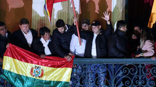 """O líder civil de direita Luis Fernando Camacho, que contribuiu para a renúncia do ex-presidente Evo Morales, deu um prazo """"até esta quinta-feira"""" para que o governo interino de Jeanine Áñez convoque novas eleições."""