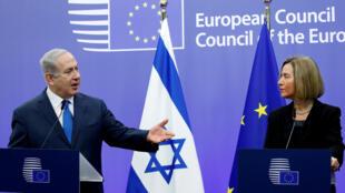 O primeiro-ministro israelense Benjamin Netanyahu diante da União Europeia (UE) com Federica Mogherini ,chefe da diplomacia europeia, em Bruxelas, em 11 de dezembro de 2017.