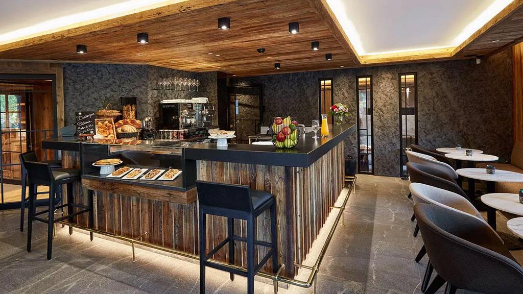 Отель Armancette открылся на месте деревенской булочной, которую решили сохранить. Теперь сюда можно придти за хлебом, а можно выпить чай с пирожным прямо в чайном салоне отеля.