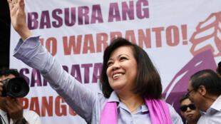 Après l'annonce de la décision contre Maria Lourdes Sereno, près de 2 000 manifestants se sont retrouvés devant la Cour suprême pour dénoncer les menaces contre la démocratie aux Philippines. Mme Sereno les salue à Manille, le 11 mai 2018.