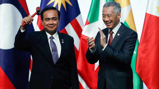 Ảnh tư liệu: Tại Thượng Đỉnh ASEAN lần thứ 33 ở Singapore, thủ tướng Thái Lan (t) nhận chức chủ tịch luân phiên ASEAN 2019 từ tay đồng nhiệm Singapore ngày 15/11/2018.
